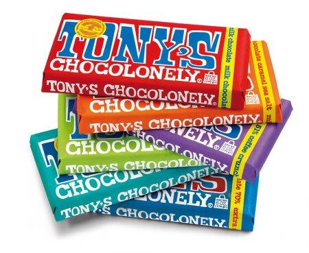 Sex chokladkakor staplade oregelbundet på varandra i färgerna blå, turkos, grön, lila, orange och röd sett underifrån.