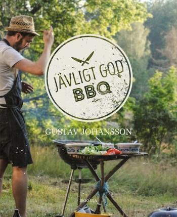 Bokomslag där en man med skägg står till vänster i bild, framför en grill. Han har på sig en hatt ståendes ute i en trädgård