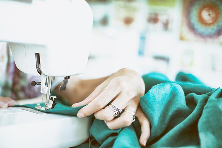 Symaskin med grönt tyg