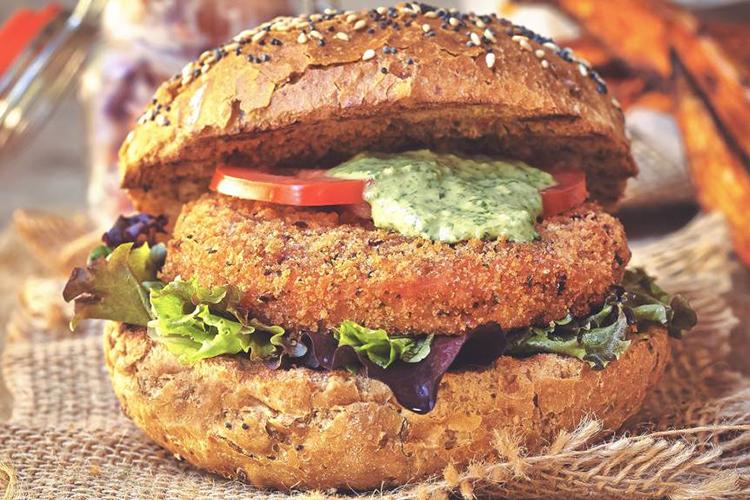 Vegansk burgare med grön, sallad och dressing
