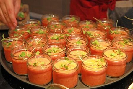 Gazpacho i glas på en bricka