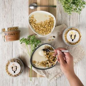 Frukostdukning med yoghurt, kaffe och flingor sett uppifrån