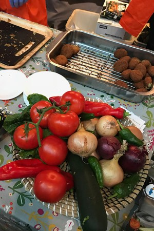Grönsaker och falafel i formar på ett bord