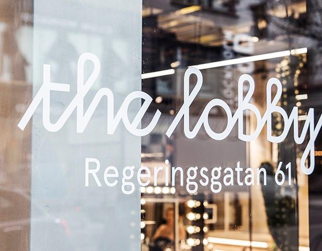 Butiksfönster med texten the lobby