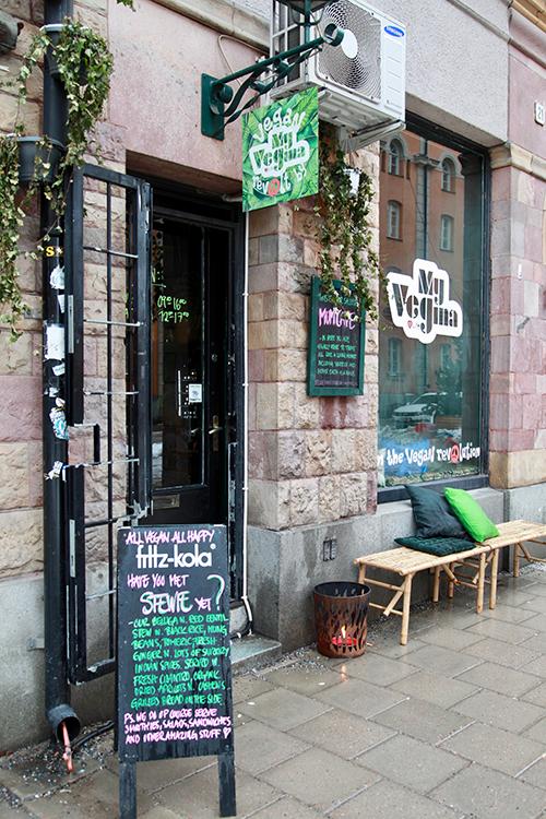 En butiksdörr med en bänk utanför, texten MyVegina på fönstret