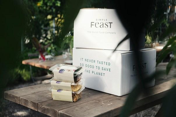 Tre små lådor med matförpackningar, bakom en större med texten Simple Feast