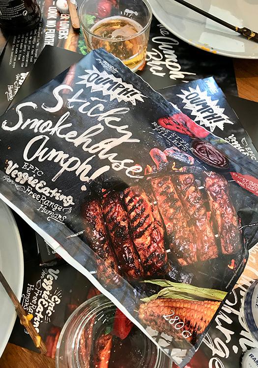 Plastförpackning med bild på ribs och texten Sticky Smokehouse Oumph!