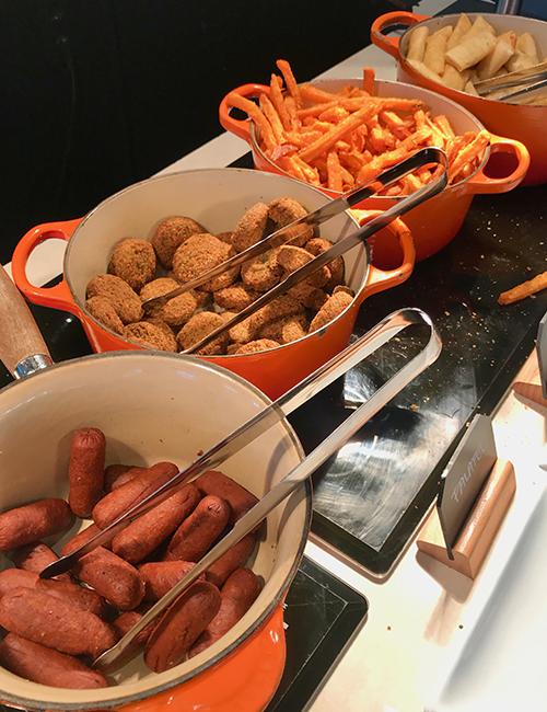 Orangea grytor med korv och falafel
