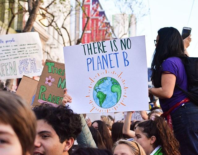 "Folksamling med klimat med texten ""There is no planet B"""