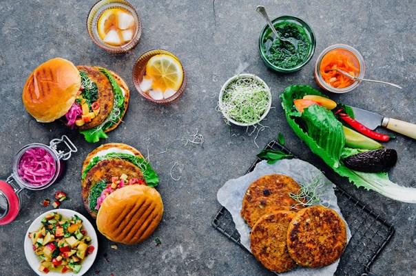 Biffar och skålar med såser och grönsaker sedda uppifrån