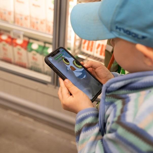 Ett barn håller i en smartphone i en butik