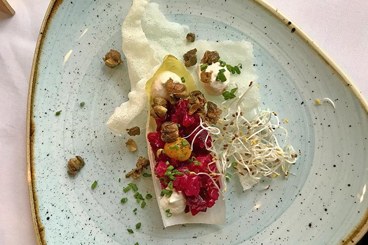 Rödbetstartar på rispapper med vegansk äggula, friterad kapris, dijonemulsion och dansk krasse