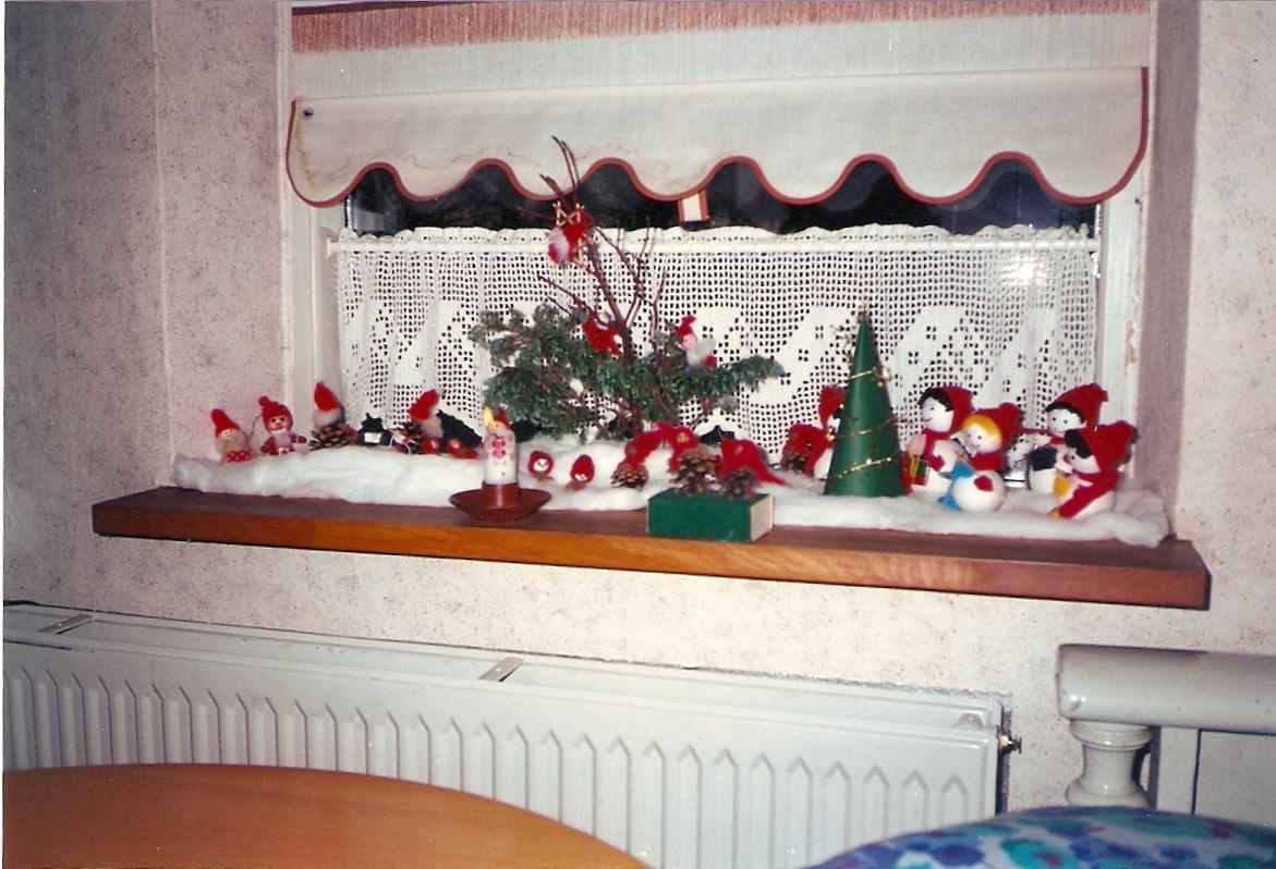 Enfeites na janela durante o Natal