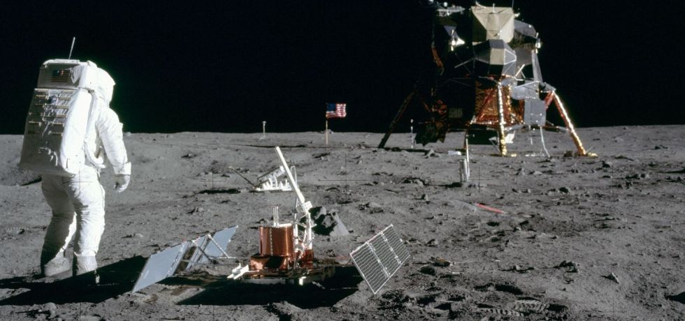 Aldrin_Looks_Back_at_Tranquility_Base_-_GPN-2000-001102-compressor