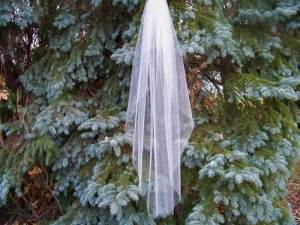 Waterfall veil at fingerip length