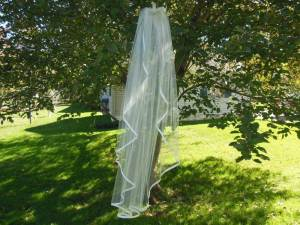 A waterfall veil with ribbon edge