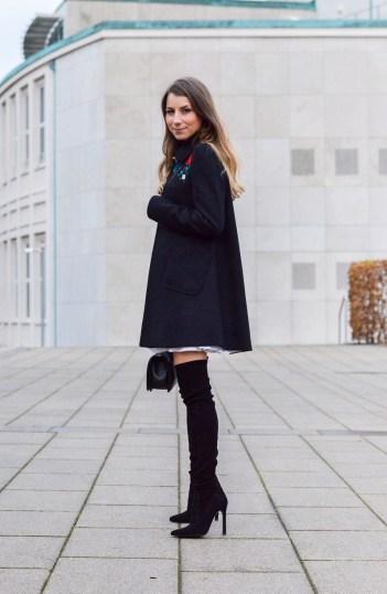ausgestellter mantel stickereien overknees outfit