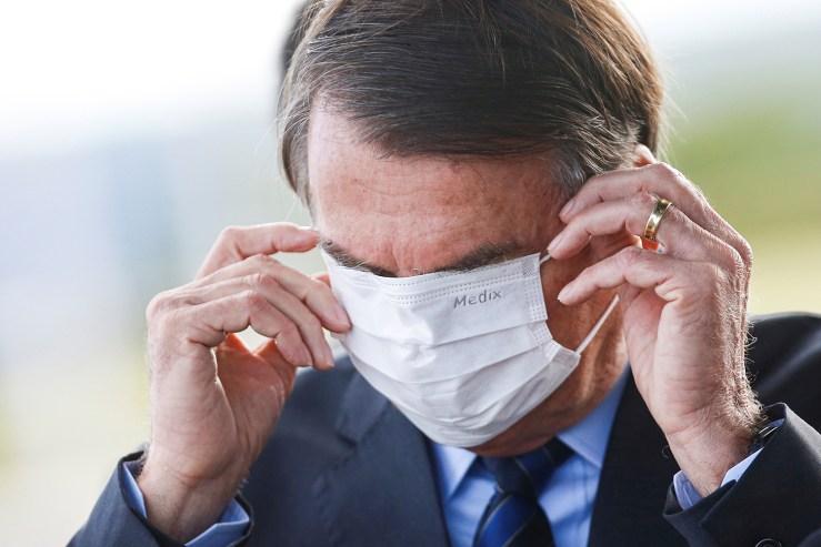 Bolsonaro usa foto sorrindo para 'lamentar' as mortes na pandemia   VEJA