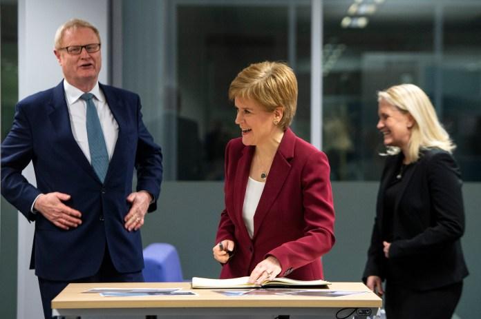 Escócia é o primeiro país a tornar absorventes menstruais gratuitos   VEJA