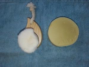 Bürste und DIY Seife, ideal als ökologisches und sanftes Reinigungsmittel