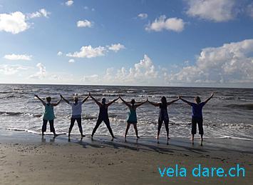 Faire un cours de yoga sur la plage en tant que liveaboard