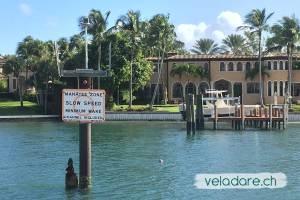 Schild mit Warnung wegen Seekuh