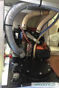 La nouvelle pompe avec la nouvelle tuyauterie en gris
