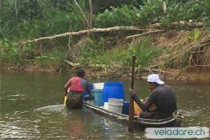 Kunas avec leur lessive et l'eau potable qu'ils ont été chercher