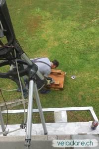 Difficile et pénible de travailler dans de telles conditions: une ancienne palette par terre comme établi...