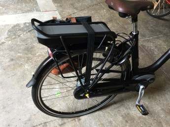 The battery charges quickly. Rear rack included.