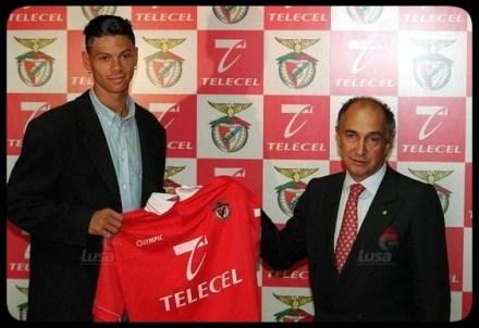 Robalinho recebe a camisola do Esporte Lisboa e Benfica do actual presidente, Pinto da Costa.