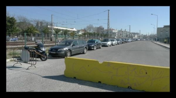Se não fossem as barreiras de betão, até na ciclovia estacionavam.