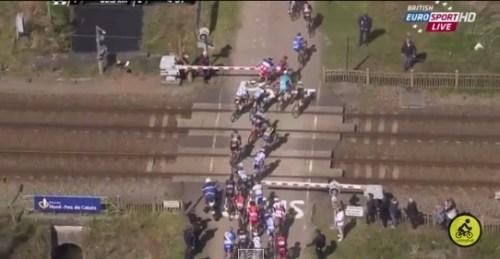Un trentaine de coureurs ont franchi le passage à niveau alors que les barrières étaient fermées, et une bonne vingtaine alors qu'elles étaient en train de descendre.