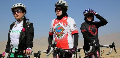 Dans les rues de Kaboul elles sont admirées ou exécrées. L'équipe féminine de cyclisme afghane lutte à vélo pour l'émancipation des femmes de leur pays.