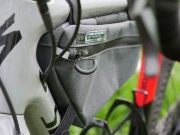Les attaches sont solides, le matériau robuste et la sacoche étanche..