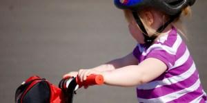 enfant sur un vélo avec un casque