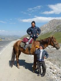 Jeunes vendeurs de Koumouz, vers Sary Tash