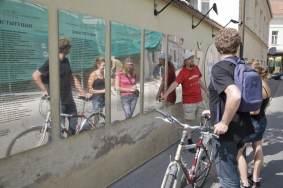 Touristen lesen die Verfassung der autonomen Künstlerrepublik Uzupis