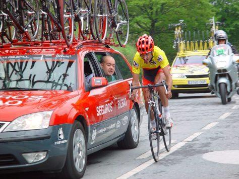 Beñat wearing the leader's jersey at Vuelta Bidasoa