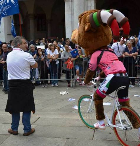 Giro mascot Girbecco takes a short-cut (image: Nathalie)