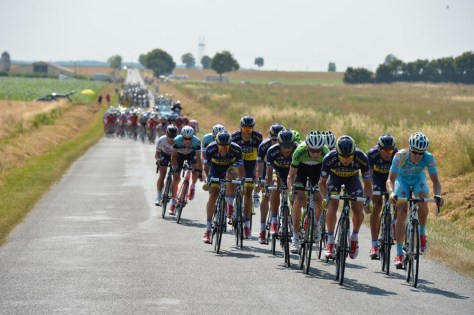 Saxo Tinkoff lead a late attack, distancing the yellow jersey (Image: Presse Sports/ASO)