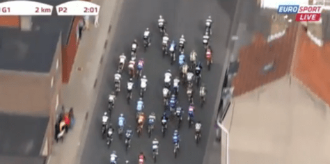Approaching the flamme rouge, no one has established control over the peloton