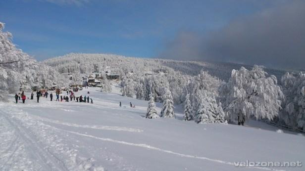 Widok na centrum ośrodka narciarskiego.
