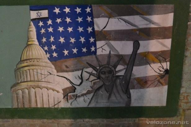 Tak oto przystrojone są mury byłej ambasady amerykańskiej