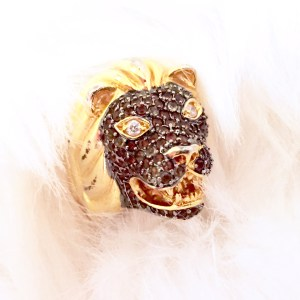 nOir lion ring in gold with black crystals