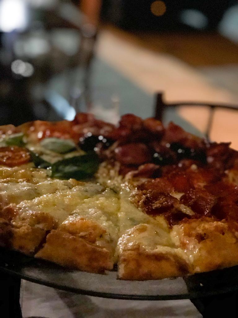 Pizza servida no suporte de madeira