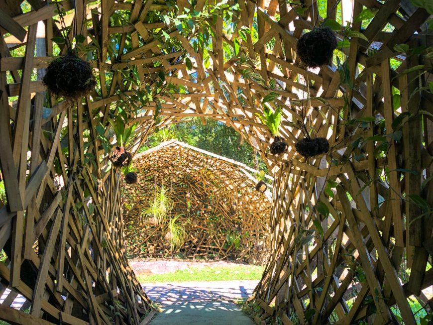 tunel sensorial feito de madeira entrelaçada