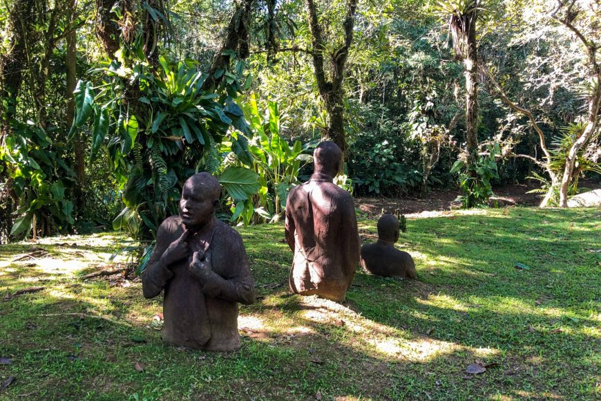 escultura de homens ao chao no ekoa park