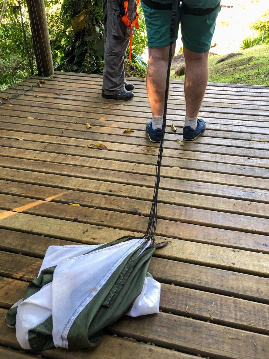 paraquedas prontinho para descer de tirolesa no ekoapark
