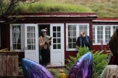 Sissal Kampmann lesur úr savni sínum Sunnudagsland í Bojsensgarði.